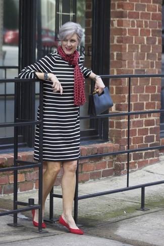 Cómo combinar: vestido recto de rayas horizontales en negro y blanco, bailarinas de ante rojas, cartera sobre de cuero negra, bufanda a lunares roja
