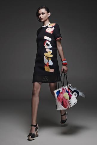 Cómo combinar: vestido recto estampado negro, sandalias de tacón de cuero gruesas negras, bolsa tote de cuero estampada blanca