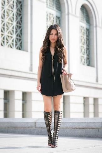 Muestra tu lado sofisticado con un vestido recto negro. Mezcle diferentes estilos con sandalias romanas altas de cuero negras.