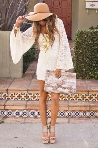 Cómo combinar: vestido recto de encaje blanco, sandalias de tacón de cuero en beige, cartera sobre de cuero con print de serpiente marrón claro, sombrero de lana marrón claro