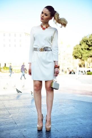 Cómo combinar: vestido recto blanco, zapatos de tacón de cuero en beige, cartera sobre de cuero con adornos gris, cinturón de cuero plateado