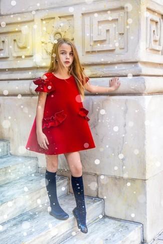 Cómo combinar: vestido rojo, bailarinas negras, calcetines negros
