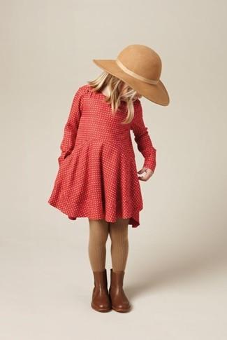Cómo combinar: vestido rojo, botas de cuero marrónes, sombrero en beige, medias marrónes