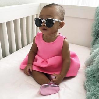 Cómo combinar: vestido rosa, bailarinas rosa, gafas de sol en blanco y negro