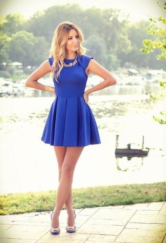 Vestido azul con sandalias beige