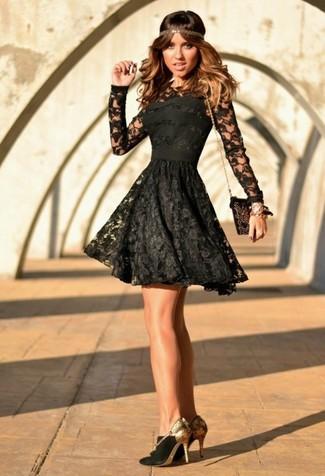 Cómo combinar: vestido skater de encaje negro, zapatos de tacón de ante en negro y dorado, cartera sobre de ante con adornos en negro y dorado