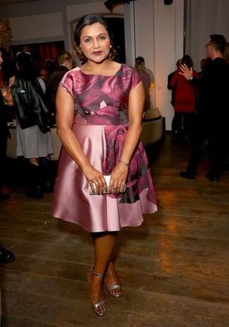 Cómo combinar: vestido skater de seda con print de flores rosado, sandalias de tacón de cuero plateadas, cartera sobre de cuero plateada