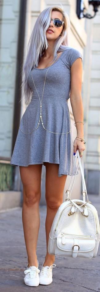 Cómo combinar: vestido skater gris, tenis blancos, mochila de cuero plateada, gafas de sol grises
