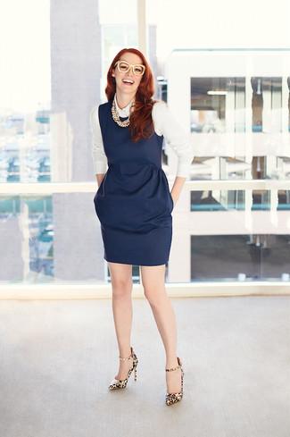Vestido azul marino con zapatos