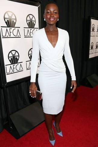 Cómo combinar: vestido tubo blanco, zapatos de tacón de cuero celestes, cartera sobre dorada, anillo blanco