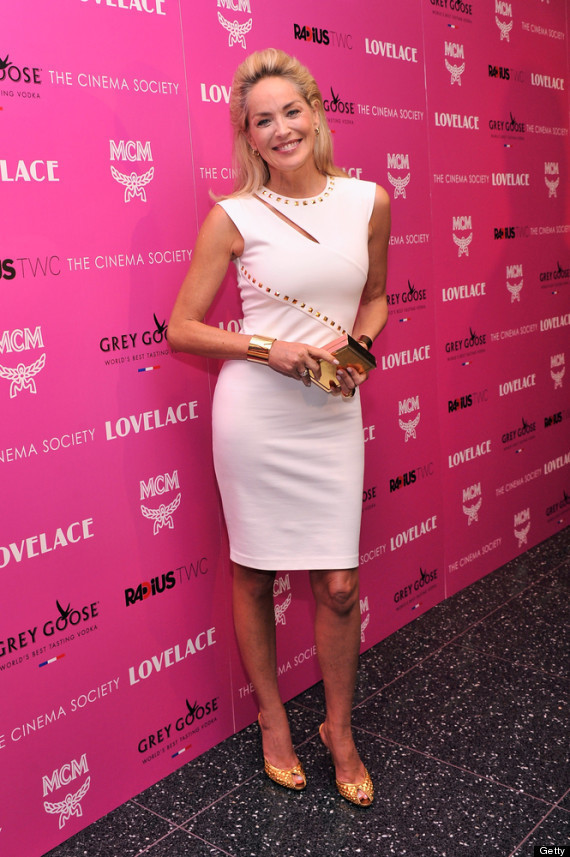 Look de Sharon Stone: Vestido tubo con tachuelas blanco, Zapatos de ...