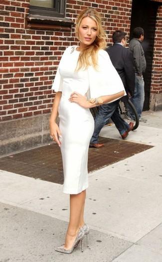 Cómo combinar: vestido tubo blanco, zapatos de tacón de lentejuelas con adornos plateados, broche transparente, pulsera plateada