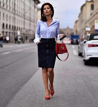 Cómo combinar: vestido tubo de ante azul marino, camisa de vestir celeste, zapatos de tacón de ante rojos, bolso de hombre de cuero rojo
