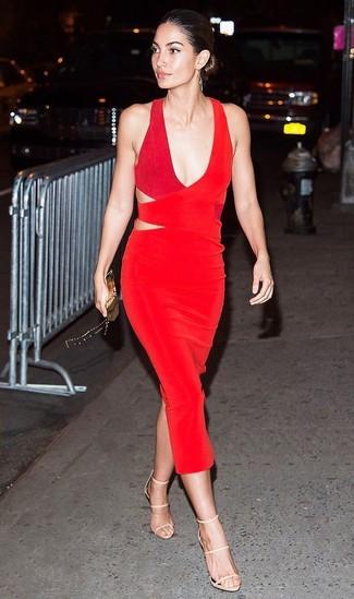 Cómo combinar: vestido tubo con recorte rojo, sandalias de tacón de cuero en beige, cartera sobre dorada