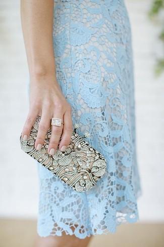 Cómo combinar: vestido tubo de encaje celeste, cartera sobre con adornos plateada