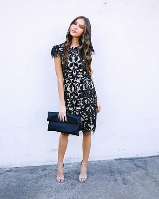 Cómo combinar: vestido tubo de encaje en negro y blanco, sandalias de tacón de cuero en beige, cartera sobre de satén azul marino