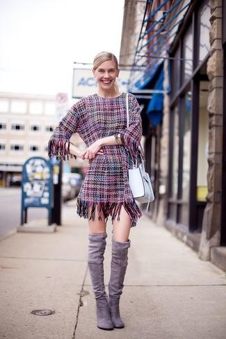 Cómo combinar: vestido tubo de tweed rosa, botas sobre la rodilla de ante grises, bolso bandolera de cuero blanco