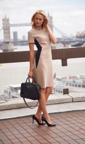 Cómo combinar: vestido tubo en beige, zapatos de tacón de cuero negros, bolsa tote de cuero negra, collar transparente