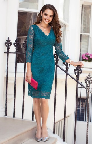 Cómo combinar: vestido tubo de encaje con print de flores en verde azulado, zapatos de tacón de cuero plateados, cartera sobre de cuero rosa, reloj de cerámica blanco