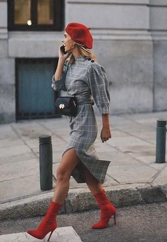 Cómo combinar: vestido tubo de tartán gris, botines de elástico rojos, riñonera de cuero negra, boina roja