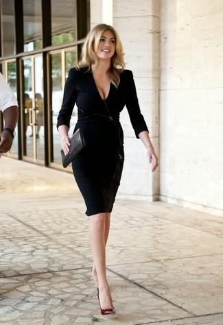 Vestido negro y zapatillas beige