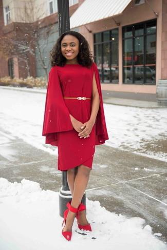 Cómo combinar: vestido tubo rojo, zapatos de tacón de ante rojos, cinturón de cuero dorado