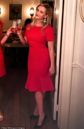 Cómo combinar: vestido tubo rojo, zapatos de tacón de cuero negros, pendientes dorados