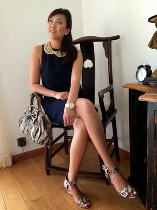 Cómo combinar: vestido tubo azul marino, sandalias con cuña de cuero con print de serpiente grises, bolsa tote de cuero con print de serpiente gris, reloj dorado