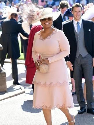 Cómo combinar: vestido tubo rosado, sandalias de tacón de cuero blancas, cartera sobre de cuero en beige, sombrero con adornos blanco