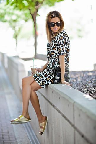 Cómo combinar: vestido tubo de leopardo marrón claro, sandalias planas de cuero doradas, cartera sobre de cuero con tachuelas negra, gafas de sol negras