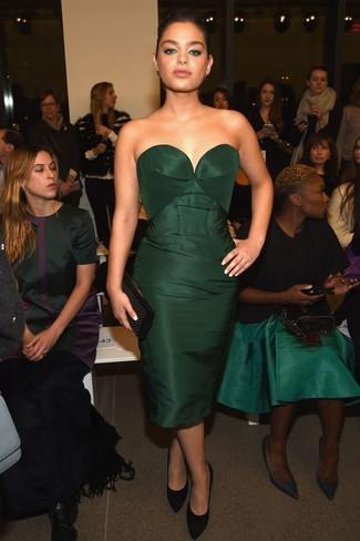 Cómo combinar: vestido tubo verde oscuro, zapatos de tacón de ante negros, cartera sobre de cuero con tachuelas negra