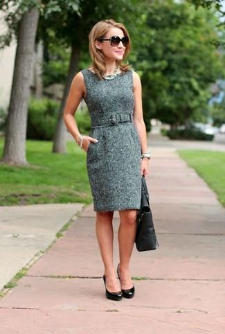 Cómo combinar: vestido tubo de tweed gris, zapatos de tacón de cuero negros, bolsa tote de cuero negra, gafas de sol en marrón oscuro