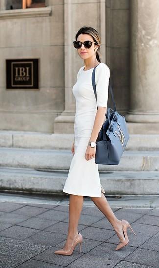 Cómo combinar: vestido tubo blanco, zapatos de tacón de cuero en beige, bolso de hombre de cuero azul, gafas de sol de leopardo en marrón oscuro