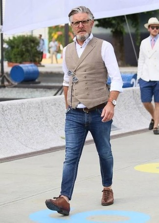 How to wear: beige waistcoat, white dress shirt, blue skinny jeans, brown leather low top sneakers