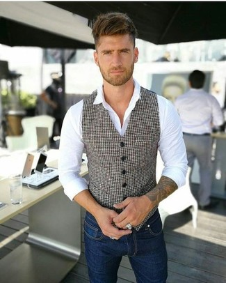 How to wear: white and black houndstooth waistcoat, white dress shirt, navy skinny jeans