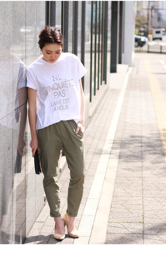 How to wear: white and black print crew-neck t-shirt, olive tapered pants, beige suede pumps