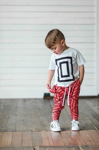 How to wear: white and black print t-shirt, red sweatpants, white sneakers