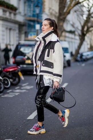 How to Wear Black Leather Skinny Pants Casually: When comfort is key, this combo of a white and black shearling jacket and black leather skinny pants is a winner. Add a laid-back feel to this outfit by rounding off with a pair of multi colored athletic shoes.