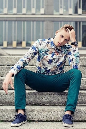 Wear a white and blue floral long sleeve shirt with teal casual trousers for a trendy and easy going look. A pair of navy blue suede low top sneakers fits right in here. One actually can to remain cool and totally chic under the crazy heat. The proof is right here.