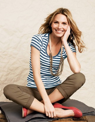 How to Wear a White and Navy Horizontal Striped Crew-neck T-shirt For Women: One of the best ways to style a white and navy horizontal striped crew-neck t-shirt is to combine it with brown chinos for a laid-back getup. Red leather ballerina shoes look perfectly at home with this look.