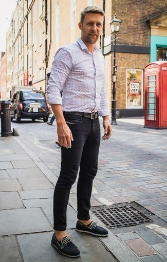 How to Wear Black Boat Shoes: A white and navy print long sleeve shirt and black jeans are the perfect way to inject some cool into your current casual fashion mix. A pair of black boat shoes looks perfect finishing off your getup.