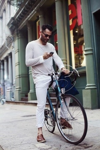 A white and navy horizontal striped long sleeve t-shirt and white chinos is a nice combo to add to your styling repertoire. You could perhaps get a little creative in the shoe department and dress up your outfit with espadrilles. This one will play especially nice come summer.