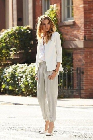 Let everyone know that you know a thing or two about style in a white button down blouse and grey tapered pants. A pair of white leather pumps looks very appropriate here. With spring approaching, it's time to put on simple and cute getups, just like this.