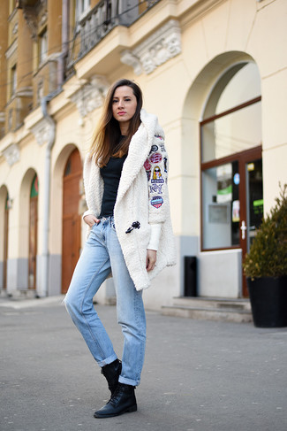 How to wear: white textured coat, black long sleeve blouse, light blue boyfriend jeans, black leather lace-up flat boots