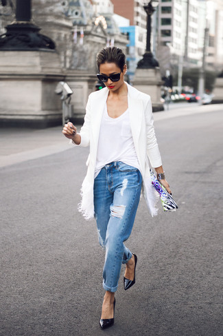 Blue Ripped Boyfriend Jeans Outfits: A white coat and blue ripped boyfriend jeans are great essentials to add to your current arsenal. When it comes to footwear, go for something on the dressier end of the spectrum and complement your getup with black leather pumps.