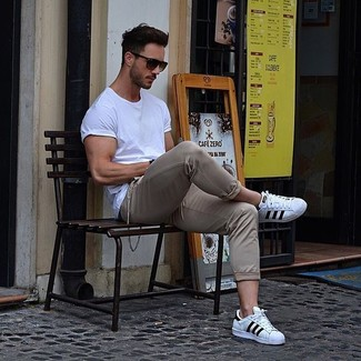 A white crew-neck t-shirt and beige chinos is a versatile combination that will provide you with variety. Look at how well this outfit is finished off with white and black leather low top sneakers. You know when it's baking hot outside, sometimes only a proper outfit like this one can get you through the day.