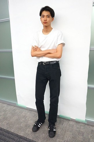 How to Wear Black Jeans In Hot Weather For Men: The pairing of a white crew-neck t-shirt and black jeans makes for a killer relaxed getup. Complement your ensemble with black and white suede low top sneakers and ta-da: this look is complete.