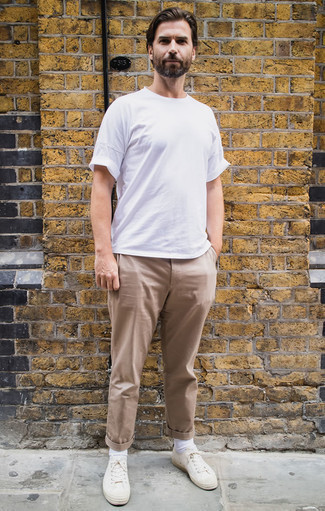 How to Wear Socks For Men: Want to infuse your menswear collection with some off-duty style? Try teaming a white crew-neck t-shirt with socks. Here's how to dress it up: white canvas low top sneakers.