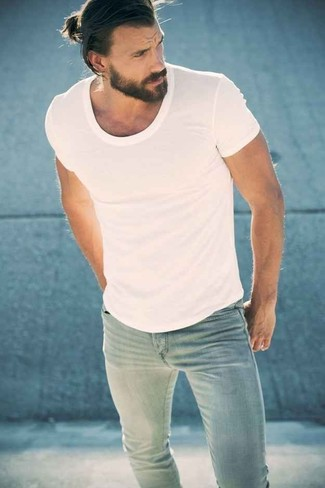 A white crew-neck tee and light blue skinny jeans is a nice combo to add to your casual lineup. This look is basically a lesson in how to master the spring and summer fashion.