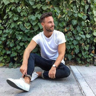 How to wear: white crew-neck t-shirt, navy skinny jeans, white canvas low top sneakers